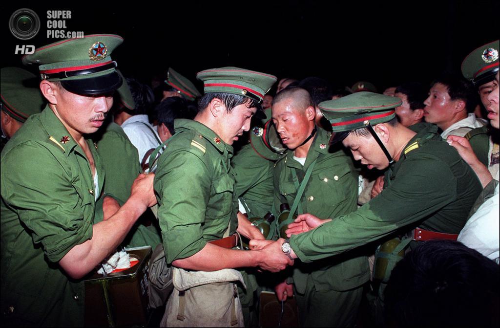 Китай. Пекин. 3 июня 1989 года. Измученные отступающие солдаты. (Catherine Henriette/AFP/Getty Images)