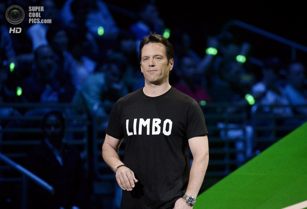 США. Лос-Анджелес, Калифорния. 9 июня. Глава Microsoft Studios Фил Спенсер на брифинге компании. (REUTERS/Kevork Djansezian)