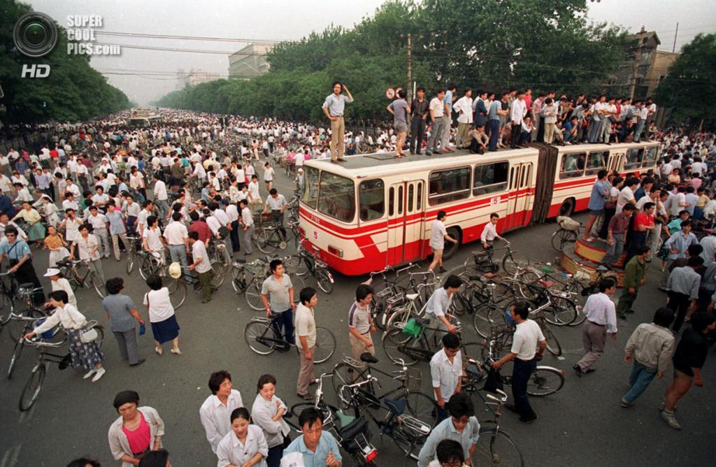 Китай. Пекин. 3 июня 1989 года. Автобус, блокирующий дорогу, ведущую к площади Тяньаньмэнь. (AP Photo/Jeff Widener)