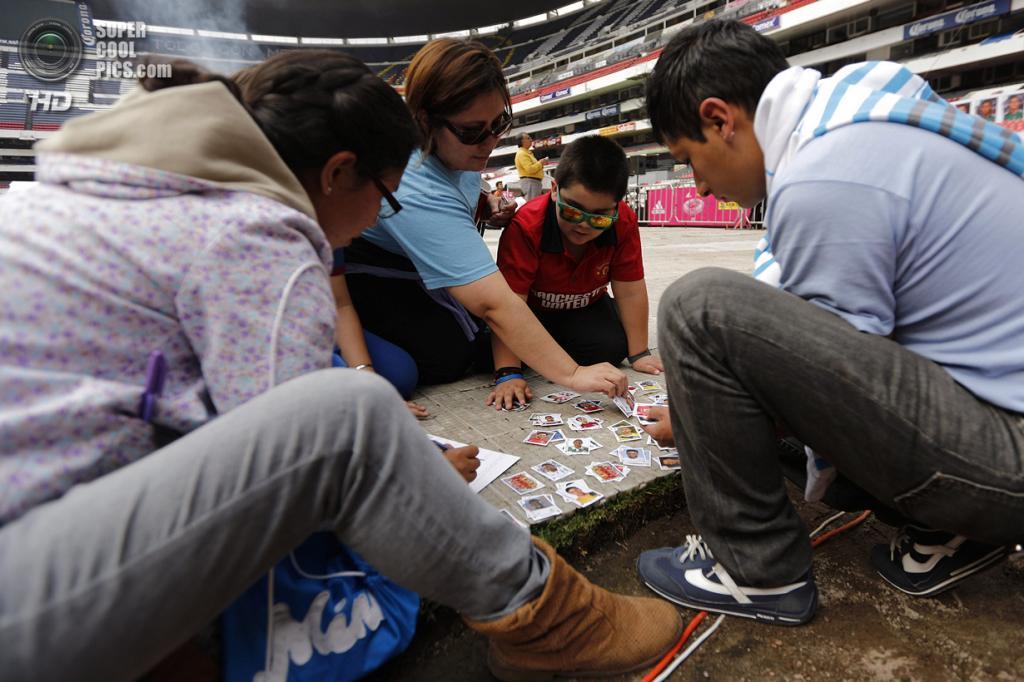 Мексика. Мехико. 7 июня. На встрече коллекционеров стикеров Panini на стадионе «Ацтека». (REUTERS/Bernardo Montoya)