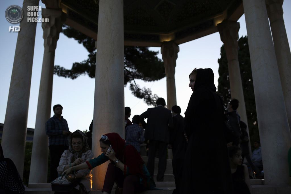 Иран. Шираз, Фарс. 29 мая. Паломники приносят дань уважения знаменитому персидскому поэту Хафизу. (John Moore/Getty Images)
