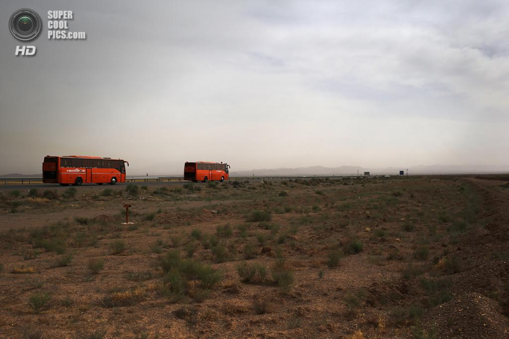 Иран. Мейме, Исфахан. 3 июня. Автобусы с паломниками, едущими на церемонию по случаю 25-й годовщины смерти аятоллы Хомейни в Тегеране. (John Moore/Getty Images)