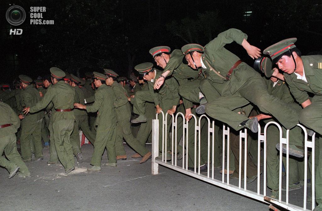 Китай. Пекин. 4 июня 1989 года. Солдаты направляются на разгон митинга. (Catherine Henriette/AFP/Getty Images)