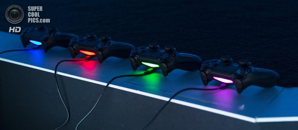 США. Лос-Анджелес, Калифорния. 9 июня. Контроллеры PlayStation 4. (REUTERS/Mario Anzuoni)