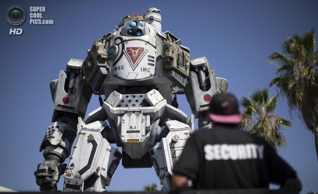 США. Лос-Анджелес, Калифорния. 9 июня. Робот из игры «Titanfall» у входа на выставку. (REUTERS/Mario Anzuoni)