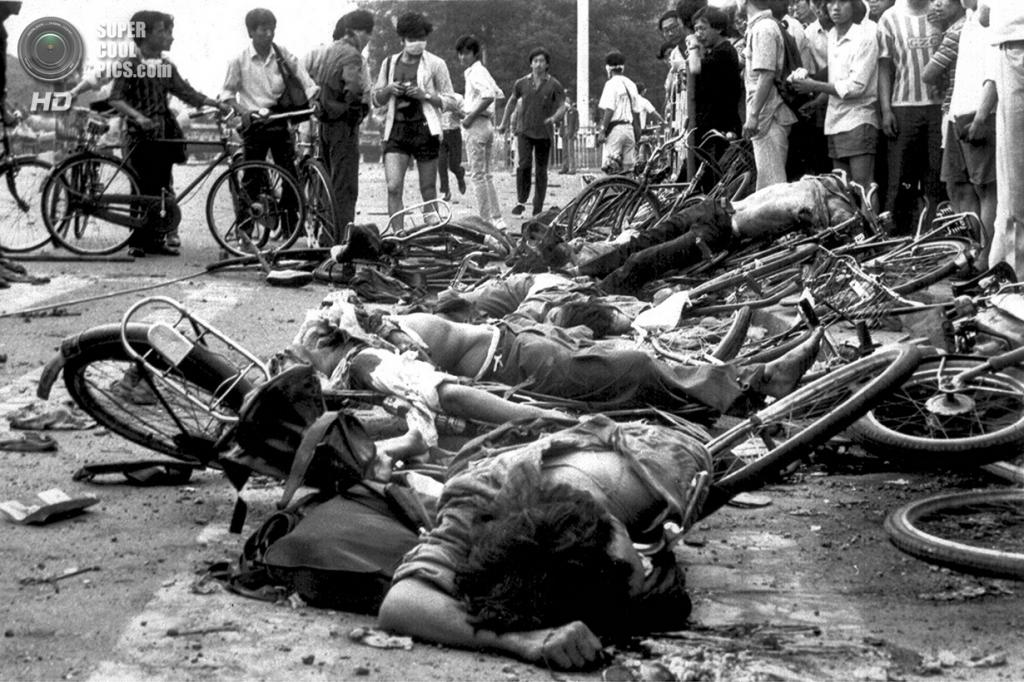 Китай. Пекин. 4 июня 1989 года. Трупы среди обломков велосипедов на одной из улиц близ площади Тяньаньмэнь. (AP Photo)