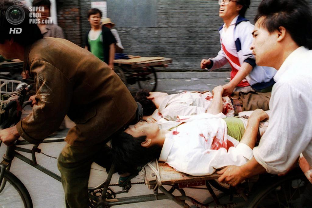 Китай. Пекин. 4 июня 1989 года. Мужчина на велорикше спешит доставить раненых в больницу. (AP Photo/Liu Heung Shing)