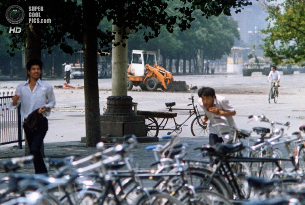 Китай. Пекин. 5 июня 1989 года. «Неизвестный бунтарь» блокирует колонну танков. (AP Photo/Terril Jones)