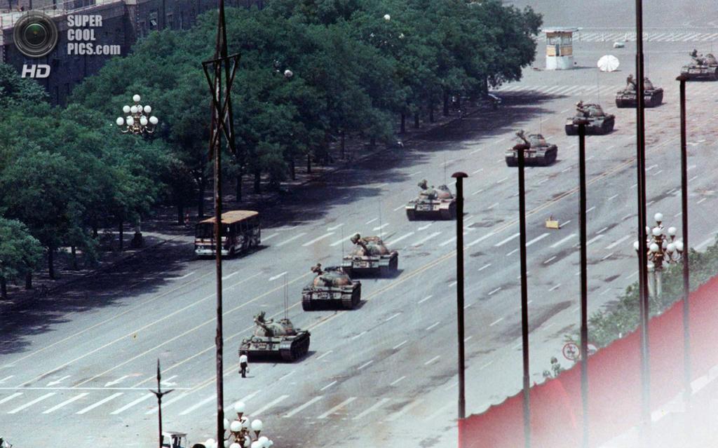 Китай. Пекин. 5 июня 1989 года. «Неизвестный бунтарь» блокирует колонну танков. (AP Photo/Jeff Widener)