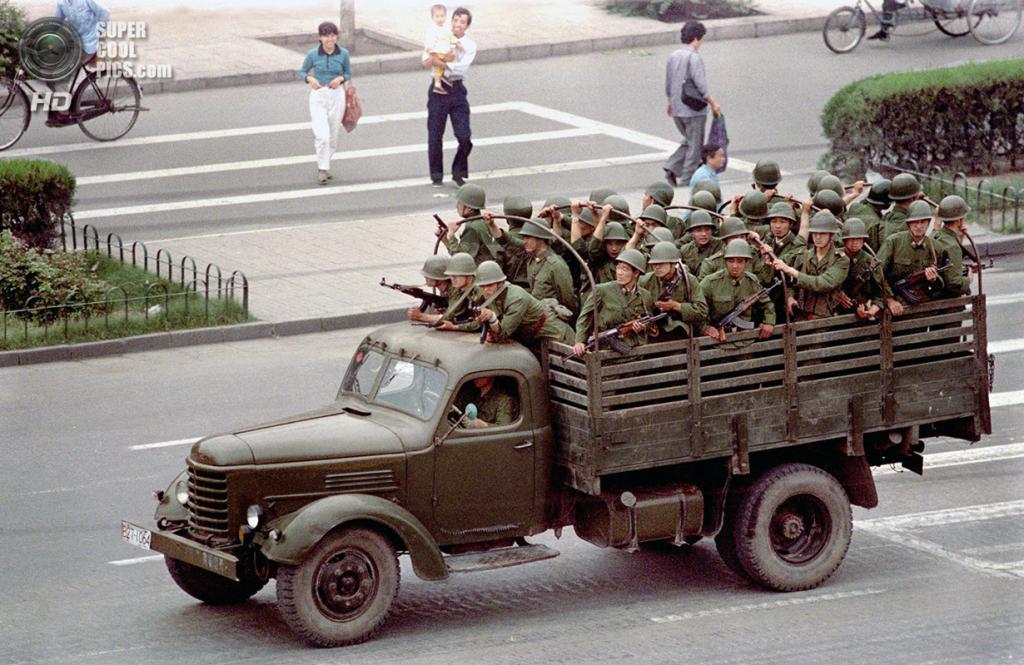 Китай. Пекин. 5 июня 1989 года. Грузовик с солдатами мчит по бульвару Сиань. (AP Photo/Jeff Widener)