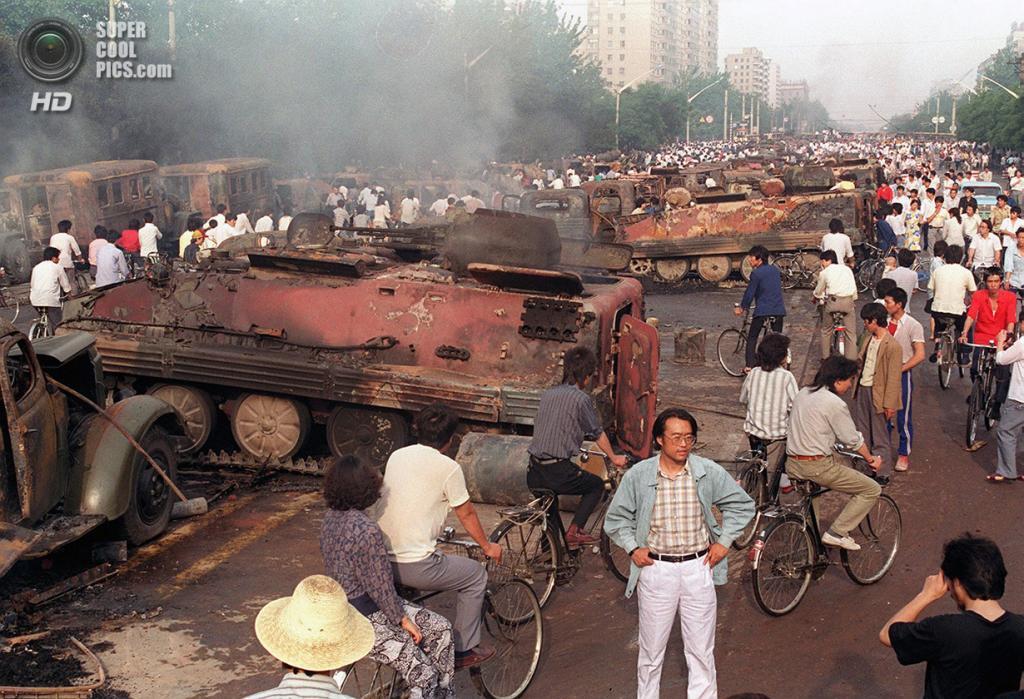Китай. Пекин. 4 июня 1989 года. Более 20 БТР, сожжённых демонстрантами. (Manuel Ceneta/AFP/Getty Images)