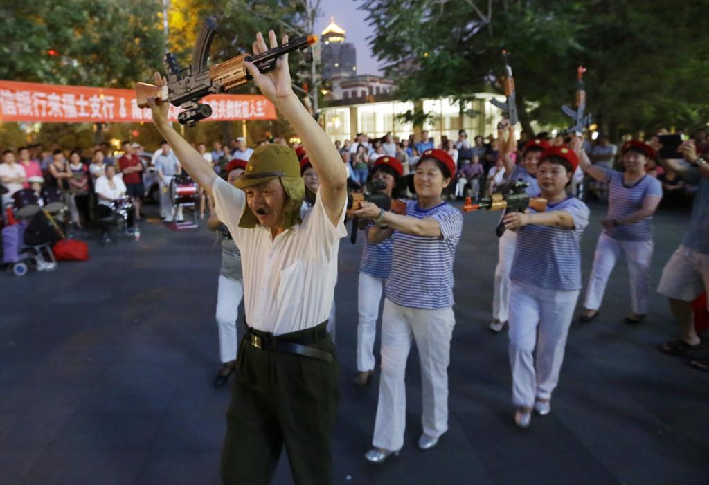 Танцы с Гитлером и «калашами» (8 фото)
