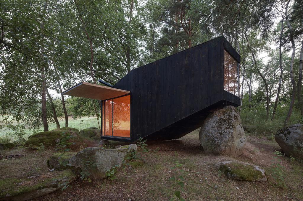 Чехия. Среднечешский край. Лесное убежище, спроектированное Uhlík architekti. (Jan Kudej)