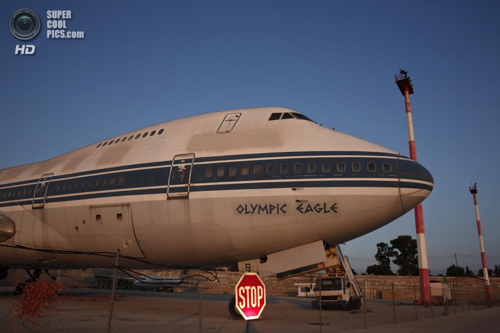 Греция. Афины. 16 июня. Самолёт авиакомпании Olympic Airways в заброшенном аэропорту «Элленикон». (REUTERS/Yorgos Karahalis)