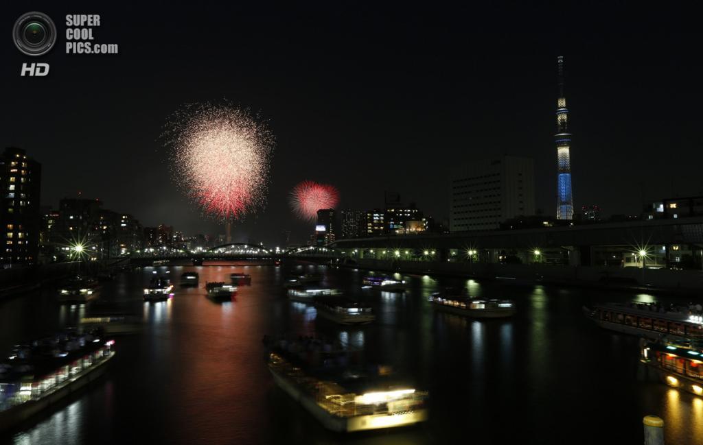 Япония. Токио. 26 июля. Во время фестиваля фейерверков на реке Сумида. (REUTERS/Issei Kato)