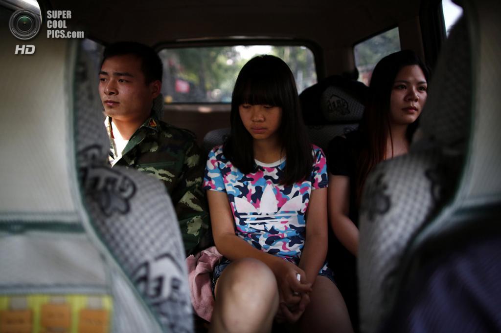 Китай. Пекин. 22 мая. Инструктор Учебного центра «Цидэ» — бывший солдат — конвоирует девочку, отправленную родителями на лечение от Интернет-зависимости. (REUTERS/Kim Kyung-Hoon)