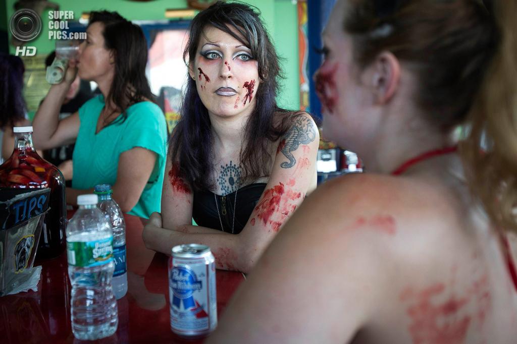 США. Нью-Йорк. 2 июля. Участники готовятся к флешмобу «Зомби захватывают Кони-Айленд». (REUTERS/Carlo Allegri)