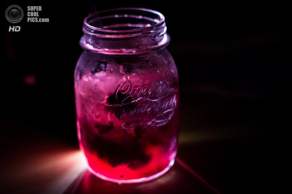 7. Брамбл. Ежевичный коктейль с обилием льда. Готовится как хорошо перемешанная смесь джина, лимонного сока и сахарного сиропа, дополненная ежевичным сиропом и свежими ягодами. Очень вкусно и по-летнему! (Philipp Nordmeyer)