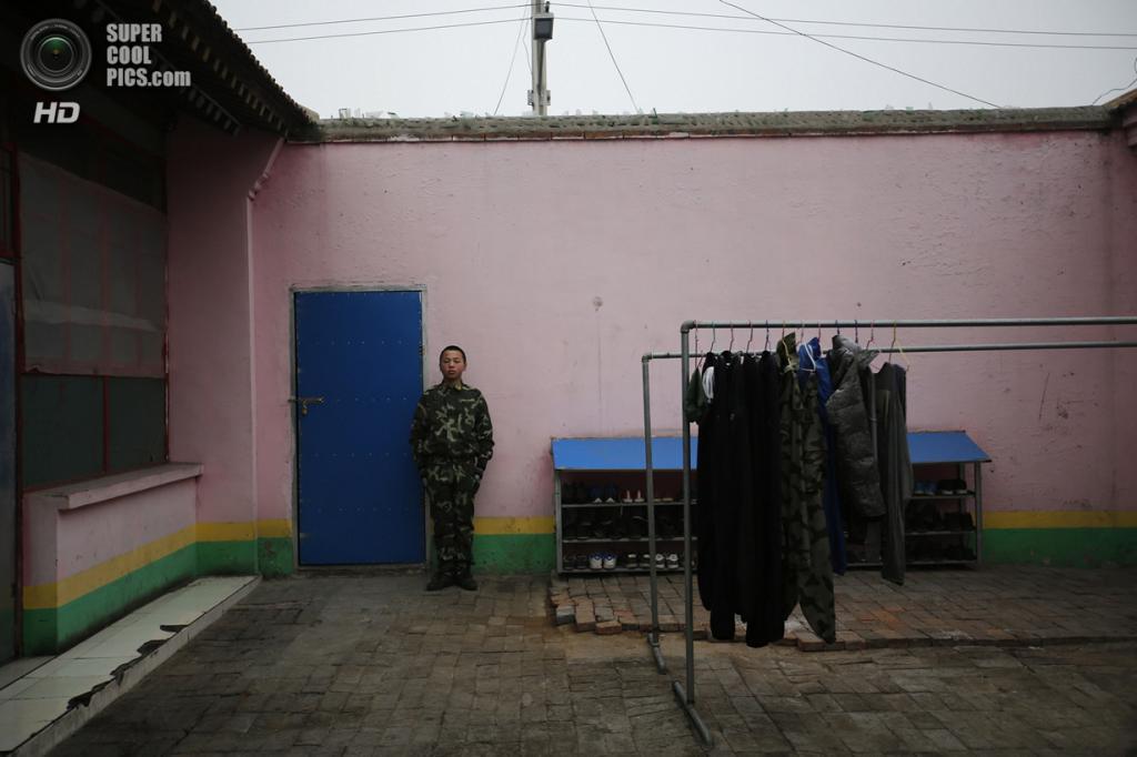 Китай. Пекин. 19 февраля. Курсант-стражник. (REUTERS/Kim Kyung-Hoon)