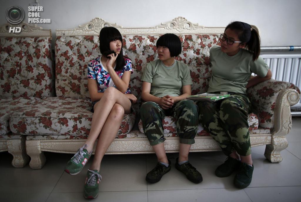 Китай. Пекин. 22 мая. Новоприбывшая общается с «братьями по несчастью». (REUTERS/Kim Kyung-Hoon)