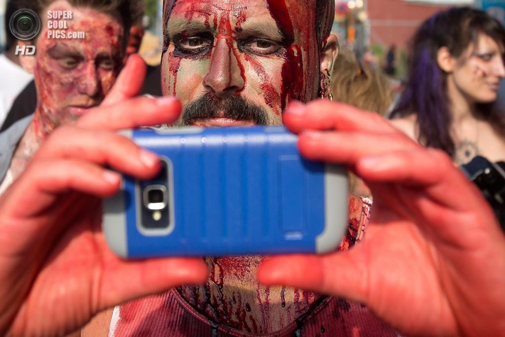 США. Нью-Йорк. 2 июля. Участники флешмоба «Зомби захватывают Кони-Айленд». (REUTERS/Carlo Allegri)