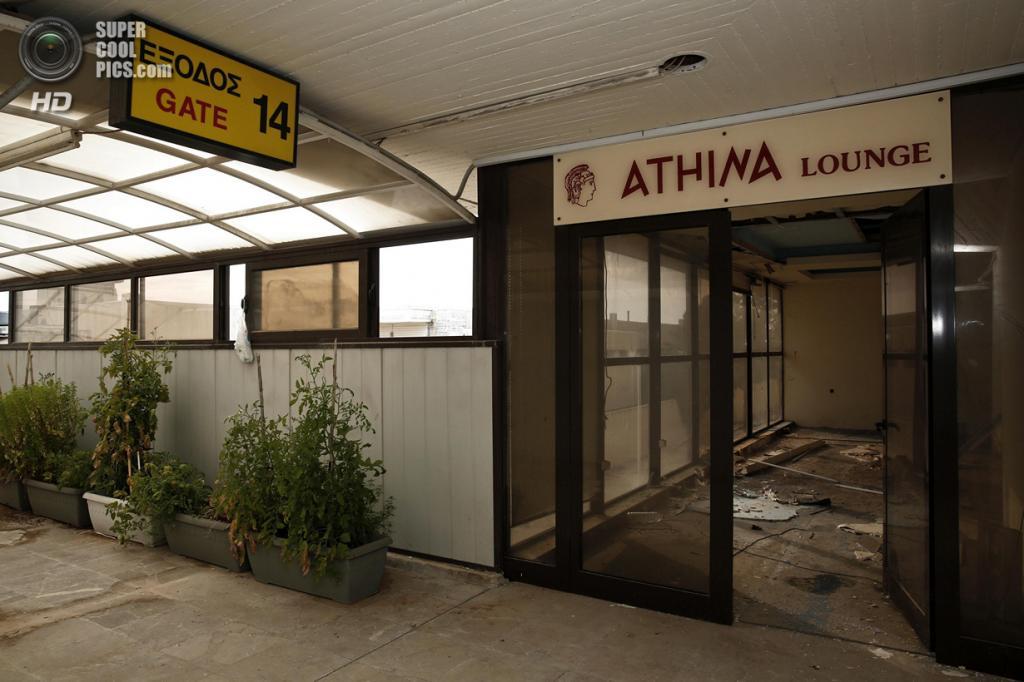 Греция. Афины. 16 июня. Вход в лаунж-зону. (REUTERS/Yorgos Karahalis)