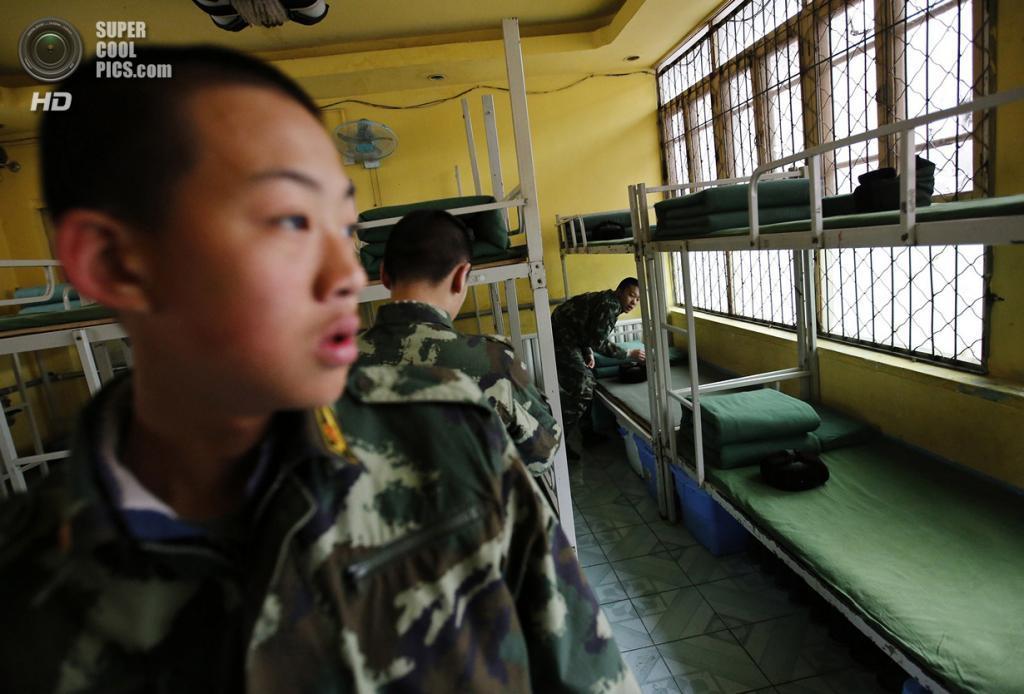 Китай. Пекин. 19 февраля. Курсанты проводят уборку в общежитии. (REUTERS/Kim Kyung-Hoon)