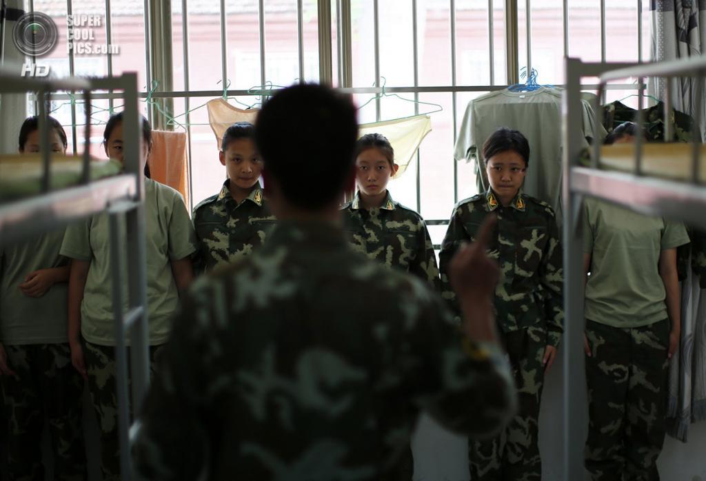 Китай. Пекин. 10 июня. Инструктор обращается к курсанткам. (REUTERS/Kim Kyung-Hoon)