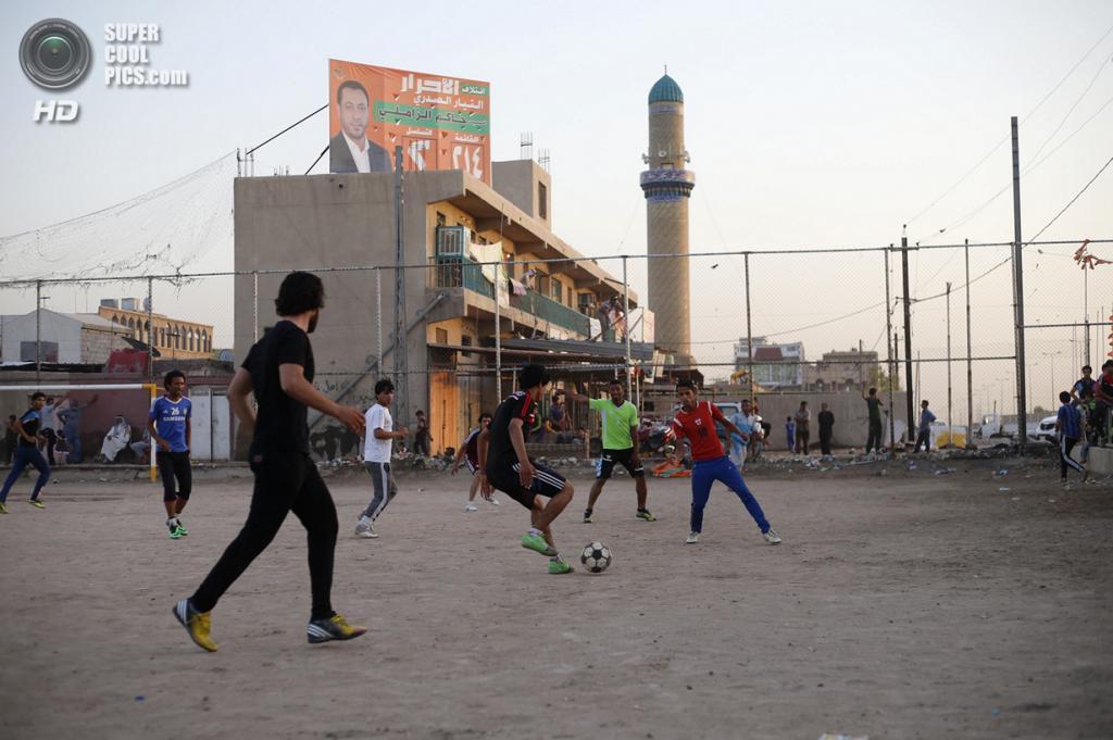 Ирак. Садр-Сити, Багдад. 29 апреля. Шиитские подростки играют в футбол. (REUTERS/Ahmed Jadallah)