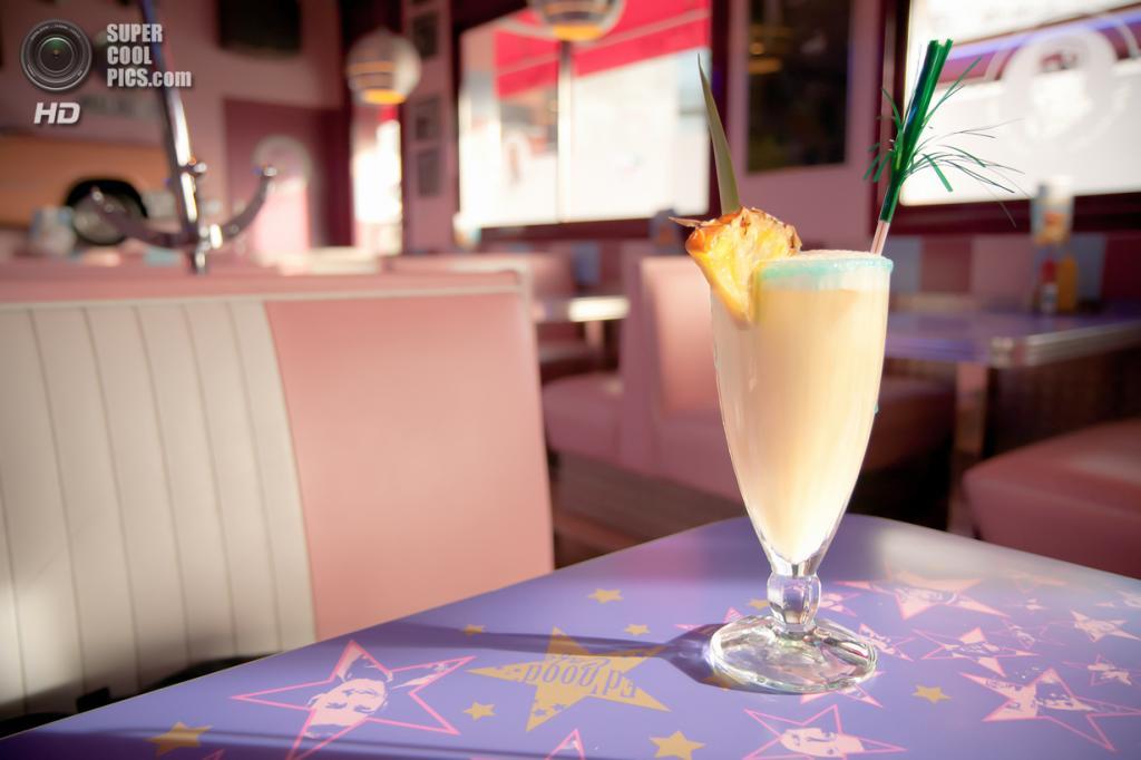4. Пинья колада. Ром, кокосовое молоко, ананасовый сок и сливки — невероятно вкусный освежающий карибский коктейль для любителей сладкого. (chmop)