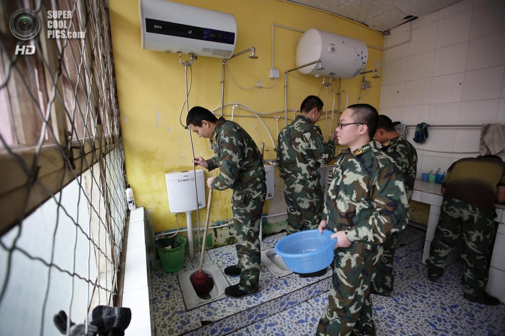Китай. Пекин. 19 февраля. Ван, страдающий от Интернет-зависимости, чистит уборную вместе с товарищами. (REUTERS/Kim Kyung-Hoon)
