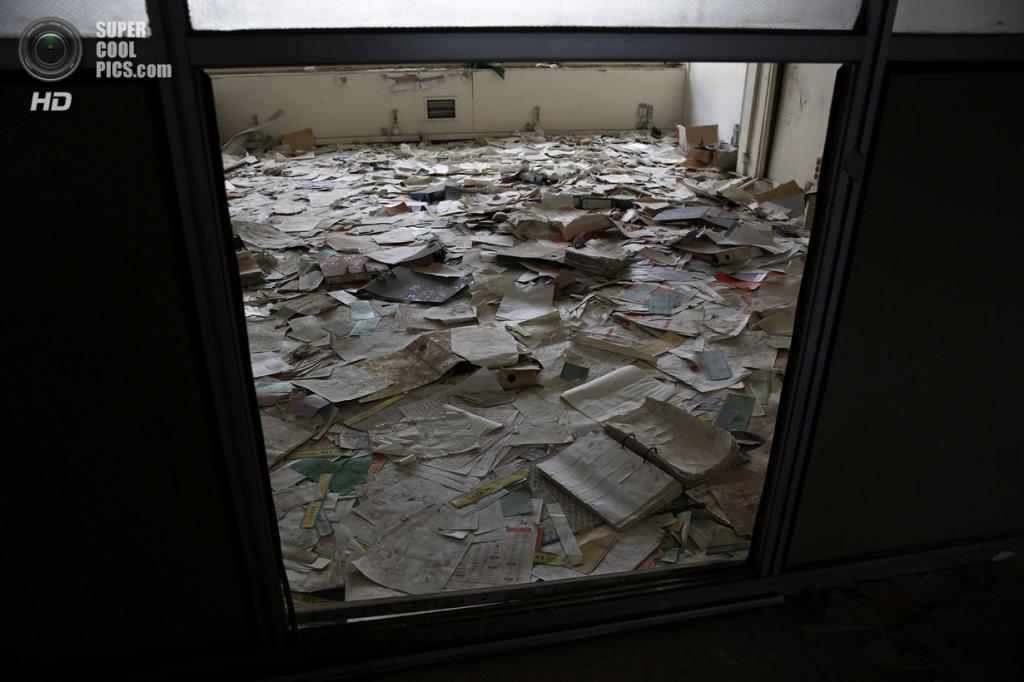 Греция. Афины. 16 июня. Документы и записи, валяющиеся на полу административного офиса. (REUTERS/Yorgos Karahalis)