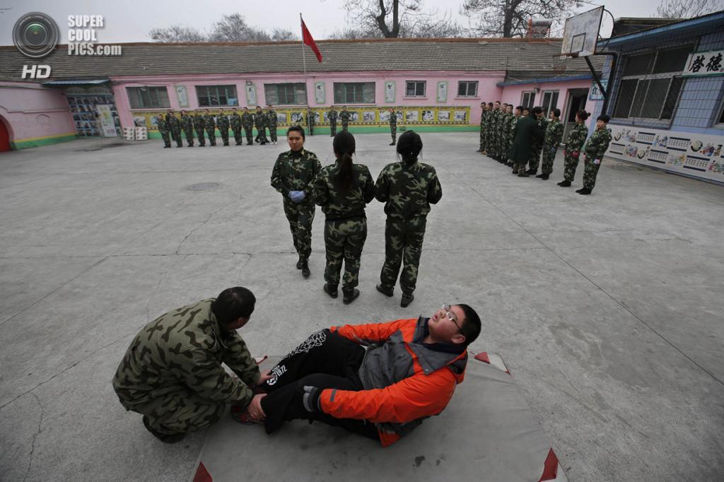 Китай. Пекин. 26 февраля. Новоприбывший курсант качает пресс. (REUTERS/Kim Kyung-Hoon)