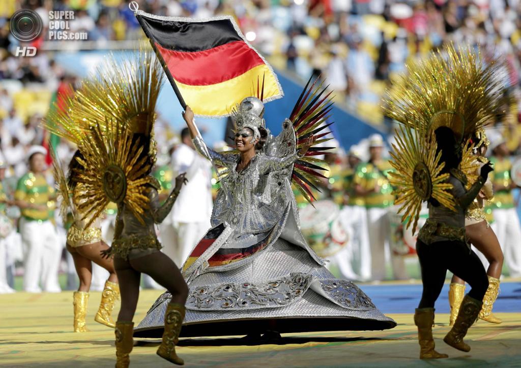 Бразилия. Рио-де-Жанейро. 13 июля. Во время церемонии закрытия чемпионата мира по футболу 2014. (REUTERS/Eddie Keogh)