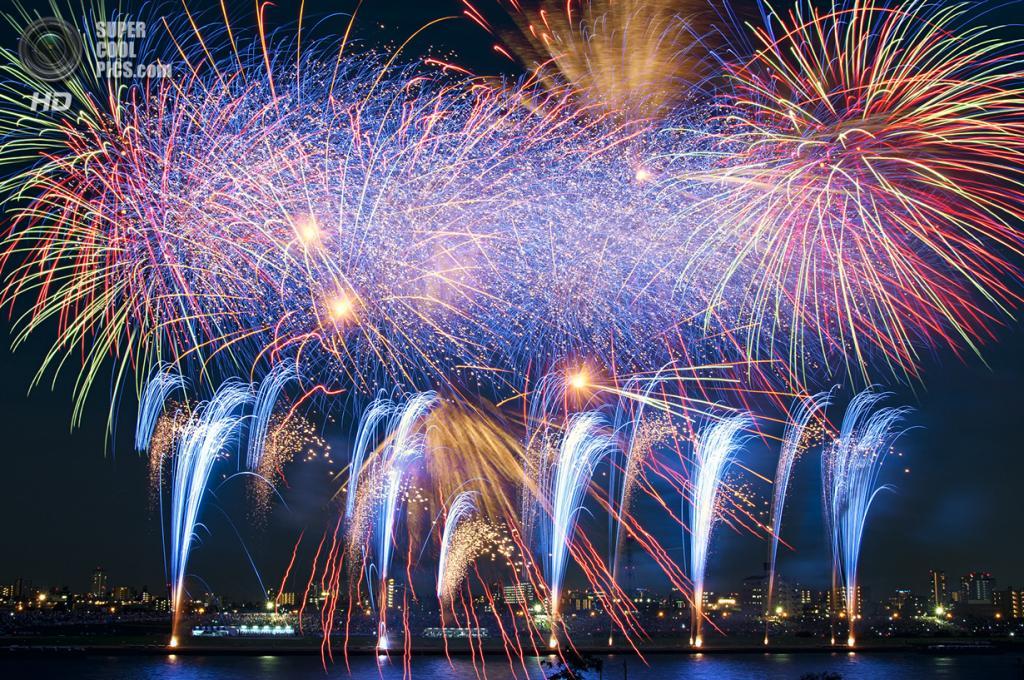 Япония. Токио. 26 июля. Во время фестиваля фейерверков на реке Сумида. (ajpscs)