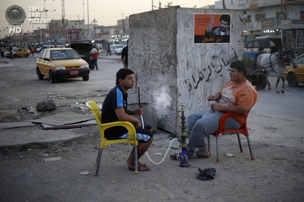 Ирак. Садр-Сити, Багдад. 1 мая. Шиитская молодёжь курит кальян на улице. (REUTERS/Ahmed Jadallah)