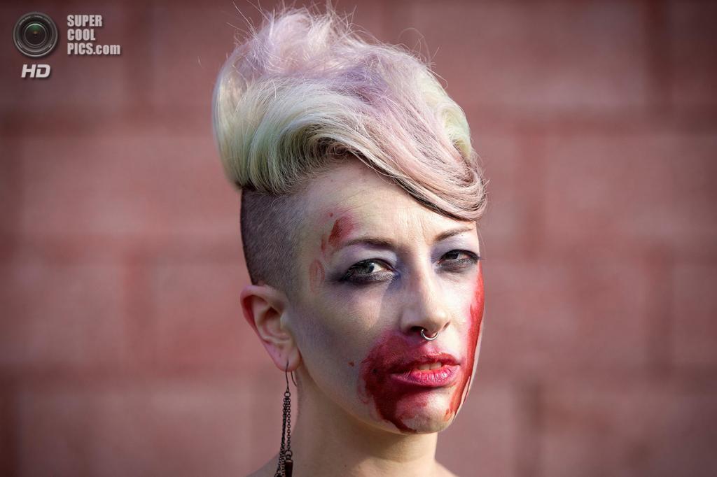 США. Нью-Йорк. 2 июля. Участница флешмоба «Зомби захватывают Кони-Айленд». (REUTERS/Carlo Allegri)