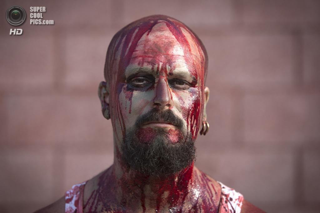 США. Нью-Йорк. 2 июля. Участник флешмоба «Зомби захватывают Кони-Айленд». (REUTERS/Carlo Allegri)
