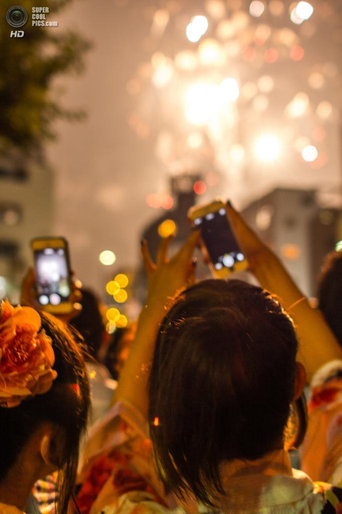 Япония. Токио. 26 июля. Во время фестиваля фейерверков на реке Сумида. (Yoshikazu TAKADA)