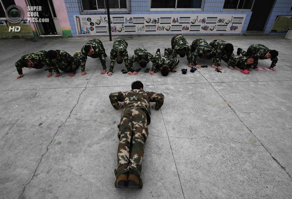 Китай. Пекин. 19 февраля. Отжимания — куда же без них? (REUTERS/Kim Kyung-Hoon)