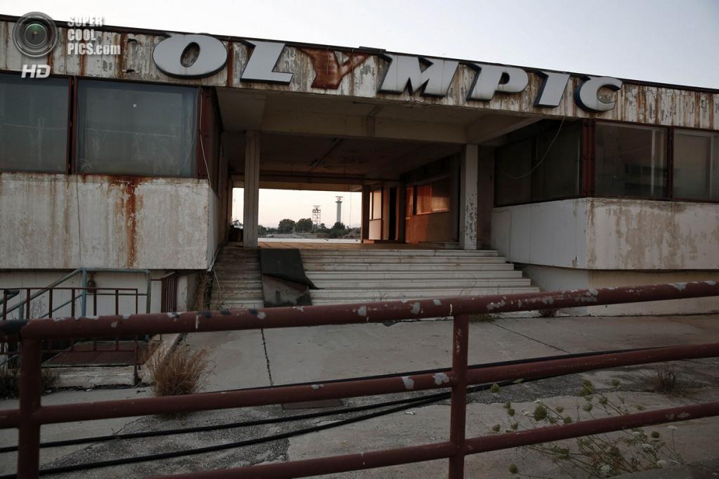 Греция. Афины. 16 июня. Логотип Olympic Airways на проходной. (REUTERS/Yorgos Karahalis)