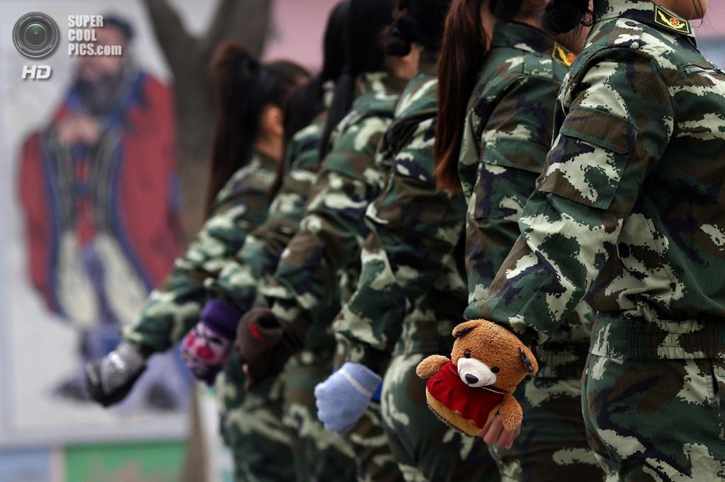 Китай. Пекин. 19 февраля. Курсантки в перчатках. (REUTERS/Kim Kyung-Hoon)