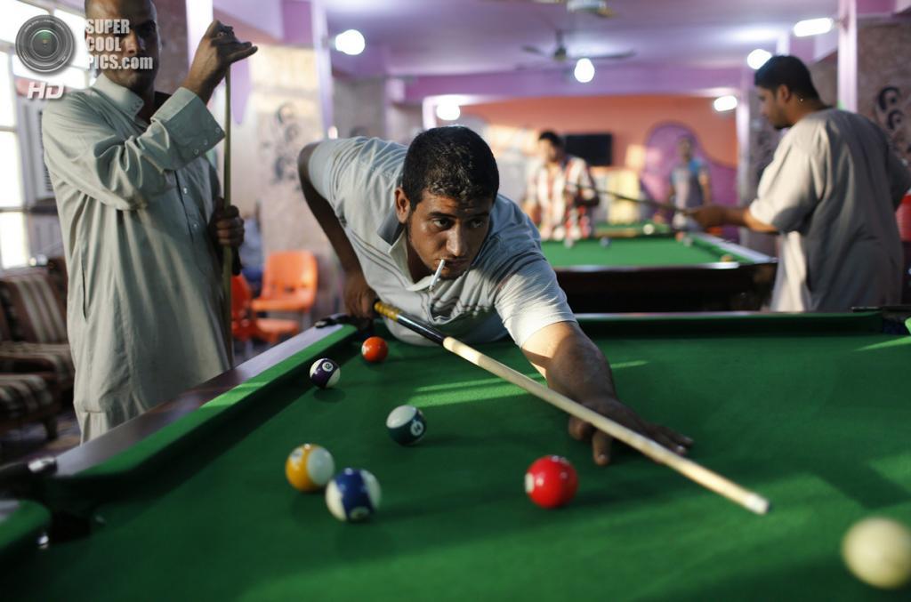 Ирак. Садр-Сити, Багдад. 29 апреля. Шииты играют в бильярд. (REUTERS/Ahmed Jadallah)