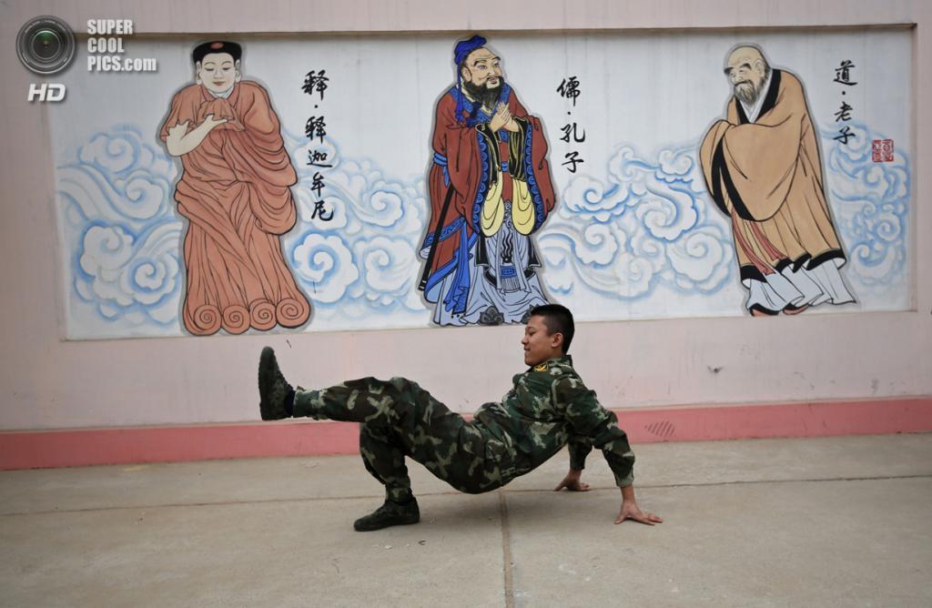 Китай. Пекин. 26 февраля. Курсант танцует во время перерыва. (REUTERS/Kim Kyung-Hoon)