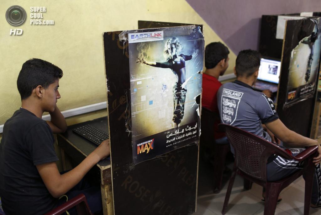 Ирак. Садр-Сити, Багдад. 3 мая. Компьютерный клуб. (REUTERS/Ahmed Jadallah)