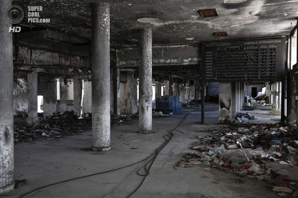 Греция. Афины. 16 июня. Сгоревший зал ожидания. (REUTERS/Yorgos Karahalis)
