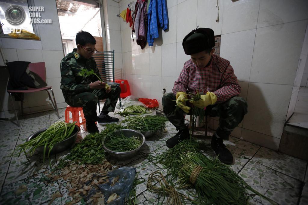 Китай. Пекин. 19 февраля. Наряды по кухне. (REUTERS/Kim Kyung-Hoon)