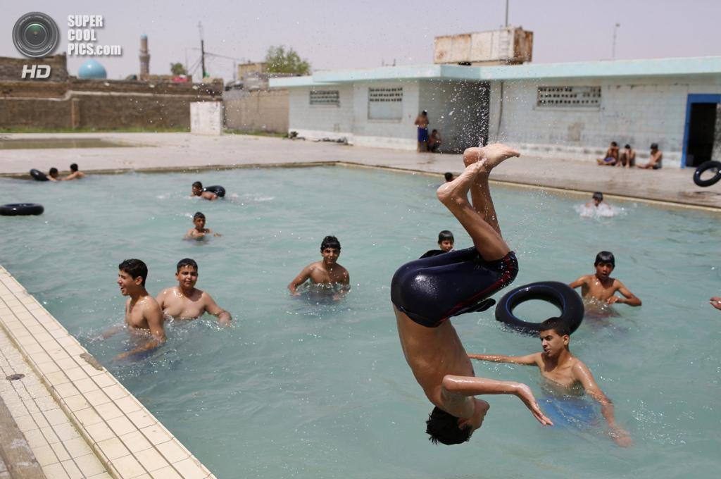 Ирак. Садр-Сити, Багдад. 4 мая. Шиитская молодежь развлекается в бассейне. (REUTERS/Ahmed Jadallah)