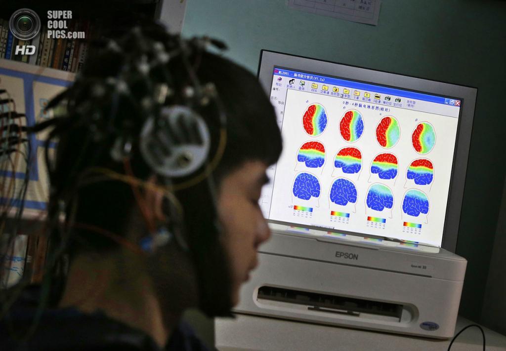 Китай. Пекин. 22 февраля. Сканирование мозга пациента, страдающего от Интернет-зависимости, в Лечебном центре для Интернет-зависимых «Дасин». (REUTERS/Kim Kyung-Hoon)