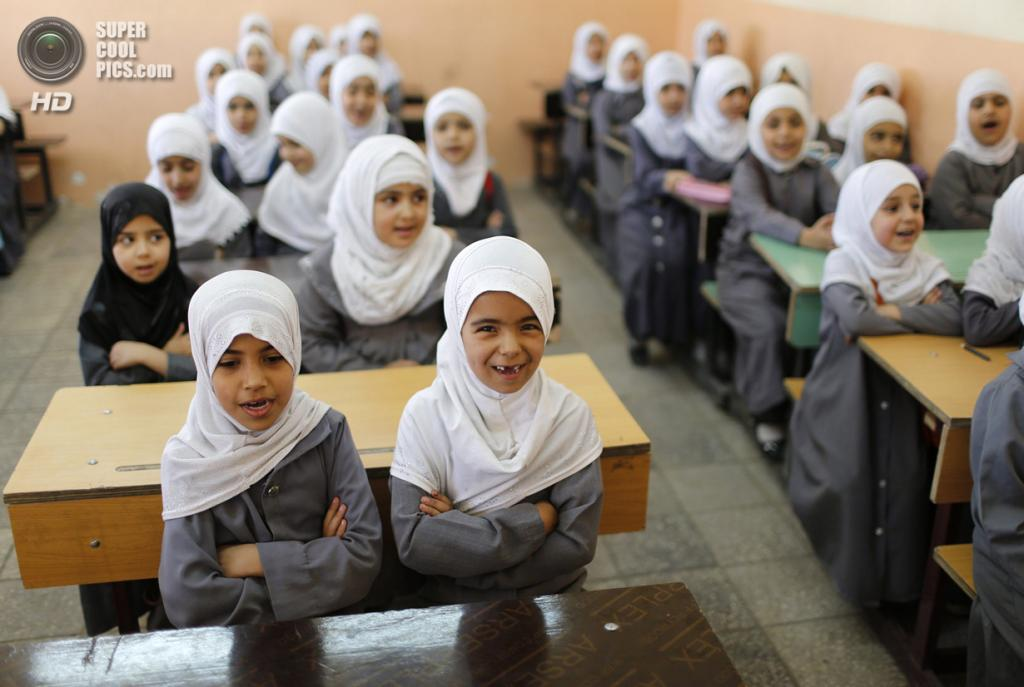 Ирак. Садр-Сити, Багдад. 5 мая. Девочки на уроке в шиитской школе. (REUTERS/Ahmed Jadallah)